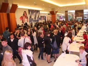 Peste o mie de persoane s-au prezentat la Bursa locurilor de muncă pentru absolvenţi