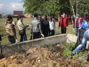 """Acţiunea iniţiată de consilierul local Traian Andronachi şi de Colegiul Agricol """"Andronic Motrescu"""" a vizat curăţarea şi igienizarea străzii Inginer Andronic Motrescu din municipiu"""