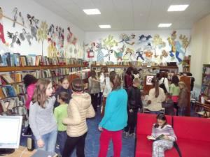 Tinerii participanţi la Nocturna Bibliotecilor au descoperit numeroase cărţi pe placul lor