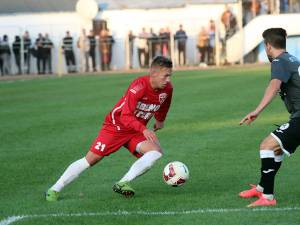 Mijlocaşul Cătălin Golofca, la balon, a amarcat primul gol al sucevenilor în partida de la Baloteşti