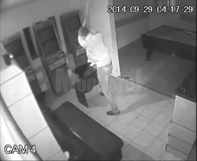 Filmat în timp ce distrugea aparatele electronice din barul de la parterul uneia dintre case