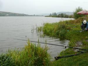 Peste 60 de profesori s-au întrecut la pescuit