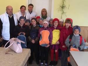 40 de copii au primit ghiozdane şi rechizite oferite de Elena Udrea