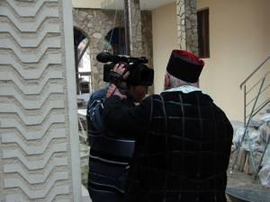 Cameramanul a fost împins şi agresat de preot