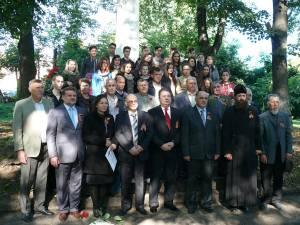 Participanţi la evenimentul comemorativ în Cimitirul ostaşilor sovietici din municipiul Fălticeni