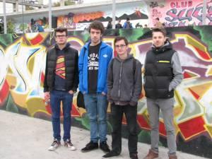 O parte din graffiterii premiaţi, în faţa lucrării câştigătoare
