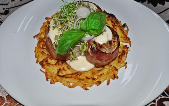 Muşchiuleţ de porc cu sos de brânzeturi pe un pat de cartofi Rosty