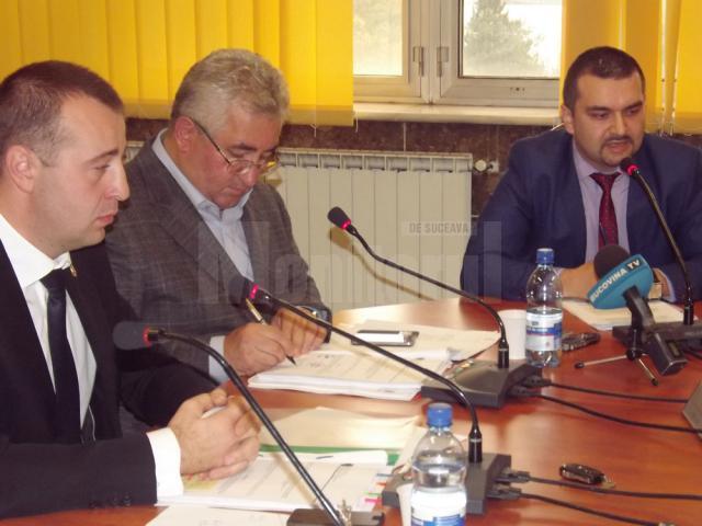 Teodor Matei (dreapta), reprezentantul administratorului juridic al Termica, la şedinţa de Consiliu Local