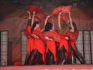 Dansul evantaielor pregătit de boboacele colegiului