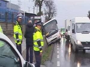 Autocar ajuns într-un şanţ, la intrarea în Suceava dinspre Plopeni