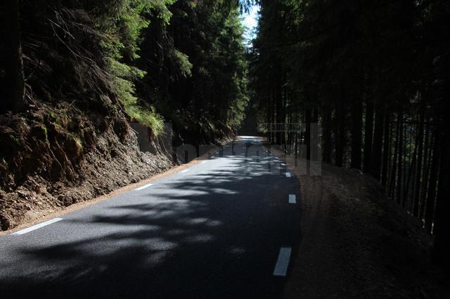 Şoseaua Transrarău face legătura între Pojorâta şi Chiril traversând Munţii Rarău şi ajunge până la o altitudine de 1.400 m