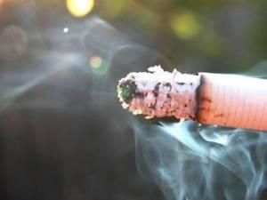 Un bărbat aflat în stare de ebrietate s-a apucat să golească două butelii în timp ce fuma