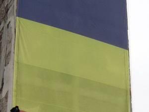 """Steagul a fost montat de alpinişti, fiind un dar al Asociaţiei """"Fălticeni Cultural"""" pentru fălticeneni şi pentru poporul român"""