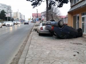 Accident la intrarea în Suceava, un şofer beat răsturnându-se cu maşina pe trotuar
