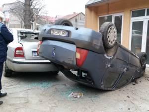 Autoturismul scăpat de sub control a lovit două maşini