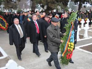 Autorităţile au depus coroane de flori la Monumentul Eroilor