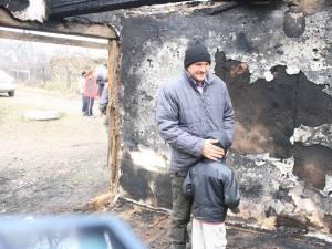 Relu Baciu şi cei doi copii pe care îi are de crescut au rămas pe drumuri după ce un incendiu le-a mistuit casa şi i-a ucis pe soţia bărbatului şi pe băieţelul lor în vârstă de 3 ani