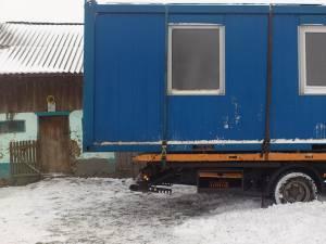Locuinţa a fost transportată ieri în gospodăria tatălui şi a celor doi copii rămaşi fără casă