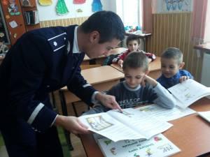Poliţiştii le-au adus cărţi copiilor din Mihoveni, Şcheia şi Zvoriştea