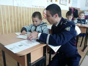 Manualele au rolul de a-i învaţă pe copii, prin imagini sugestive şi texte adaptate vârstei, primele măsuri de prevenire a accidentelor si furturilor
