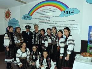 Cristian Spetcu - ISU Bucovina, Gabriela Juverdeanu, directoarea Şcolii profesionale speciale, împreună cu un grup de elevi ai scolii. Foto: Cristian Spetcu