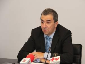 Prefectul de Suceava, Florin Sinescu, a declarat că actuala legislaţie nu permite angajarea celor 157 de oameni la primărie