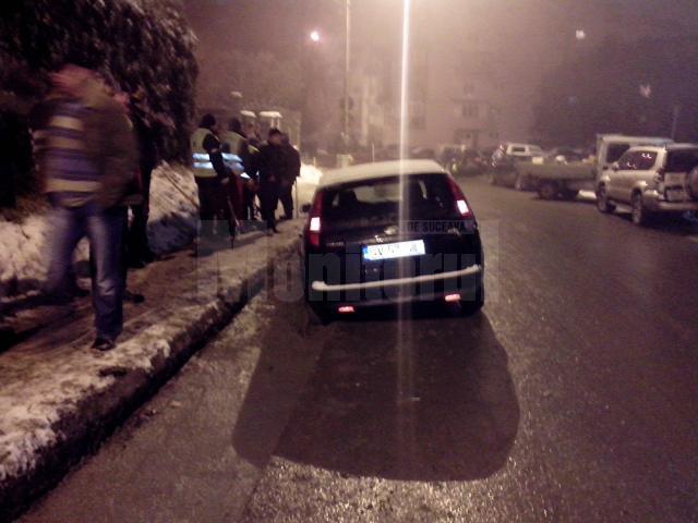 Roţile din stânga ale autoturismului s-au cufundat în cimentul proaspăt turnat în şanţul de la marginea străzii, pe sensul Belvedere spre Zamca