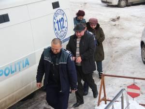 Primarul comunei Udeşti, Săvel Botezatu, şi casierul primăriei, Marinela Borza