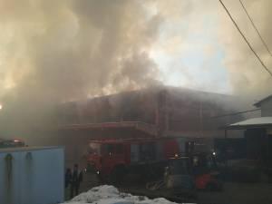 Centrul Comercial Rozita, distrus de un incendiu azi dimineaţă