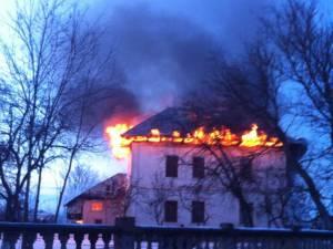 Conacul cuprins de flăcări. Foto: Robert Cantonaş