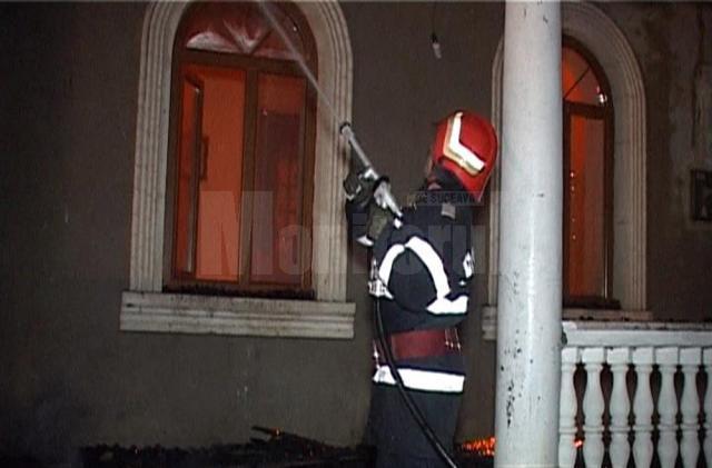 Conacul distrus de puternicul incendiu