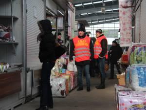 Inspectorii antifraudă îi sfătuiesc pe comercianţii din bazarul Sucevei să emită bonuri fiscale