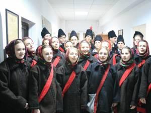 Grupul vocal tradiţional al liceului din Vicovu de Sus a colindat redacţia Monitorul de Suceava
