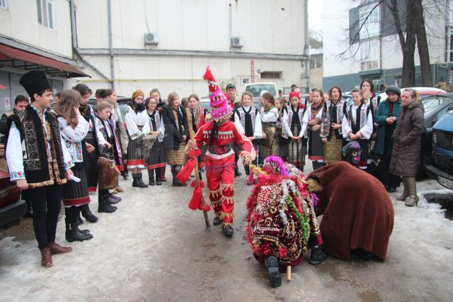 """Peste 30 de elevi şi profesori ai Şcolii Gimnaziale """"Mihai Eminescu"""" din Băneşti au încântat Monitorul de Suceava cu colinde şi obiceiuri de Anul Nou"""