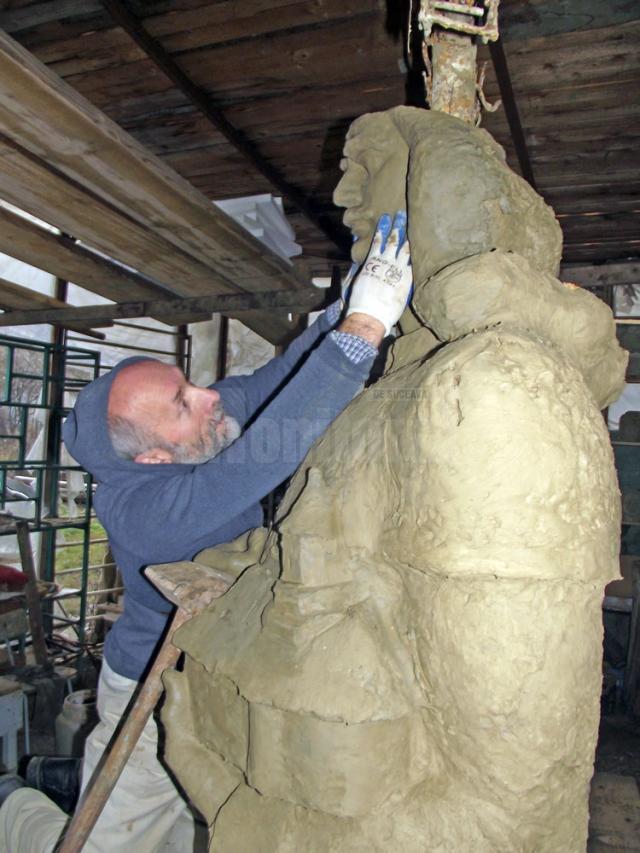 Sculptorul Mircea Dăneasă lucrând la monument