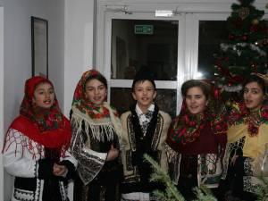Un grup format din cinci elevi ai Şcolii Gimnaziale Cornu Luncii a fost prezent ieri la redacţia ziarului Monitorul de Suceava pentru a prezenta un program de colinde