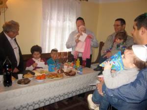 Lumânările de Hanuka sunt aprinse şi copiii primesc daruri