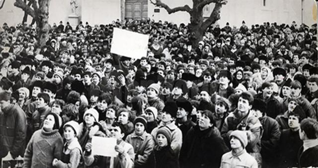Manifestanţi adunaţi în faţa actualului Palat Administrav Suceava