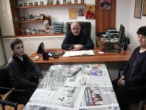 Florin Pitic şi mama sa, Ana Pitic, alături de redactorul-şef al Monitorului, Tiberiu Avram