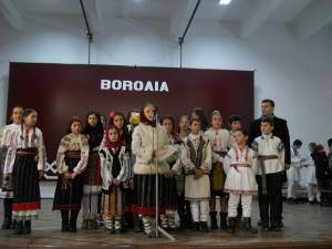 Elevii Şcolii Gimnaziale ,,Vasile Tomegea'' din Boroaia au organizat un minunat program artistic dedicat sărbătorilor de iarnă