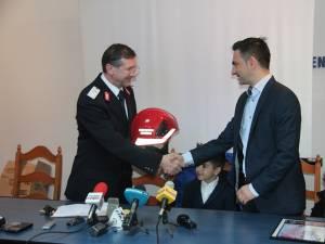 Casca de inspector general al pompierilor din România, oferită cadou omului de afaceri Florin Andronic de generalul de brigada Ion Burlui
