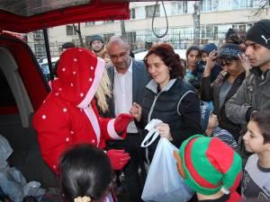 Alexandru Băişanu a împărţit 42 de pachete cu haine pentru părinţi şi copii, precum şi alte 45 de cadouri pentru copii, care conţineau jucării, dulciuri şi fructe