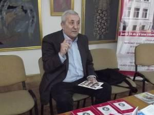 Poetul Ion Cozmei la lansarea volumului Tâlcuitorul de semne