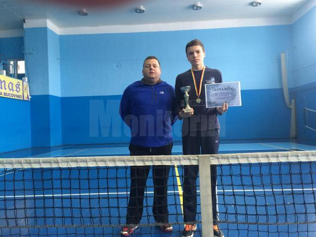 Profesorul Mihai Pop, alături de proaspătul câştigător al turneului de la Câmpulung Moldovenesc