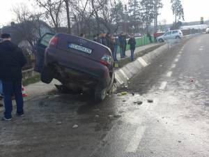 Maşina în care se aflau cei doi tineri s-a oprit în şanţ.  Foto: Ionuţ Burlea
