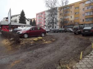 Terenul pe care urmează să fie construit un bloc de locuinţe, cu spatii comerciale şi birouri