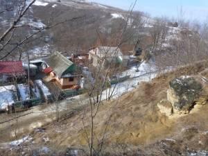 Specialiştii au apreciat că blocul de piatra pune în pericol patru case şi trei anexe