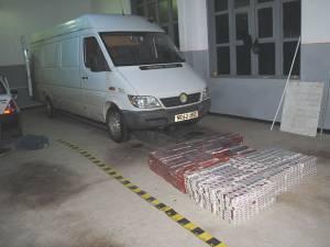 În podeaua vehiculului, poliţiştii au găsit peste 4.000 de pachete de ţigări de diverse mărci