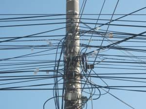 Primăria Suceava va tăia cablurile de pe stâlpi nerevendicate de proprietari