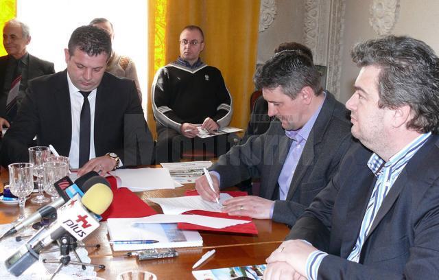 """La Primăria municipiului Fălticeni a fost semnat ieri contractul de lucrări pentru proiectul """"Înfiinţare infrastructură de agrement Nada Florilor"""""""